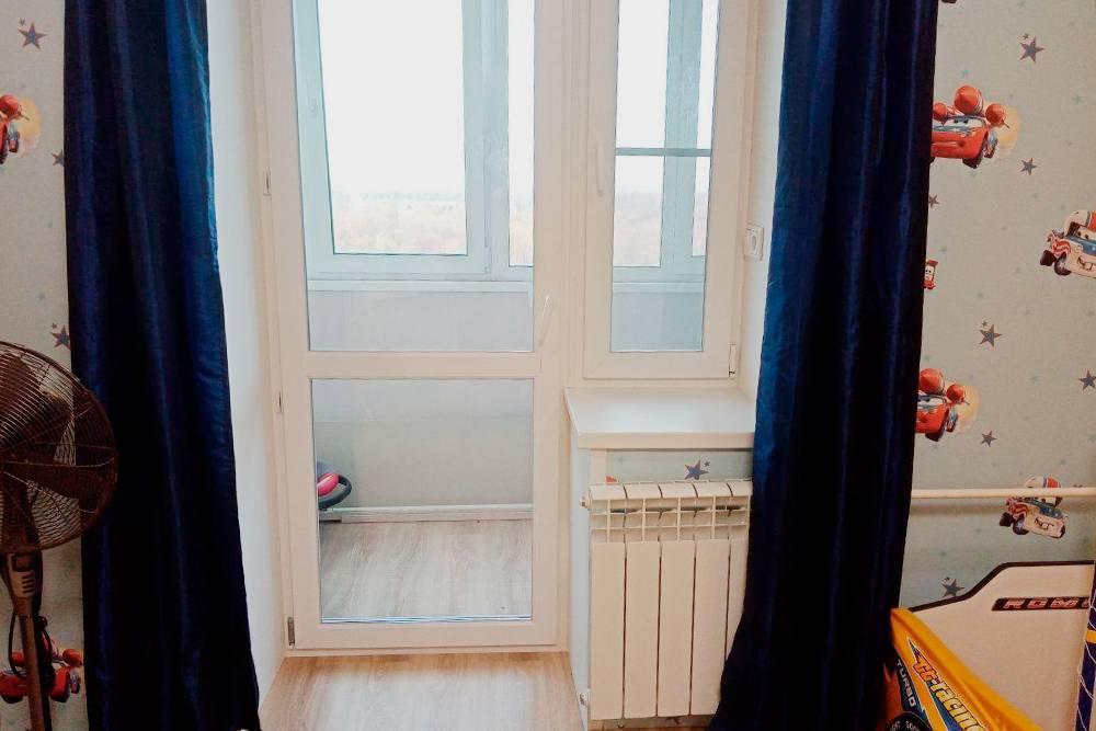 В квартире моих знакомых балконная дверь полностью стеклянная. Они жалуются, что стекло внизу часто пачкают дети, зато оно защищает квартиру от преступников