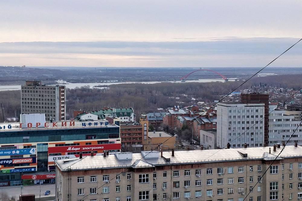 С балкона видна гордость Новосибирска — красный Бугринский мост. Жаль, он ночью не подсвечивается. Вся подсветка, видимо, ушла на Керченский