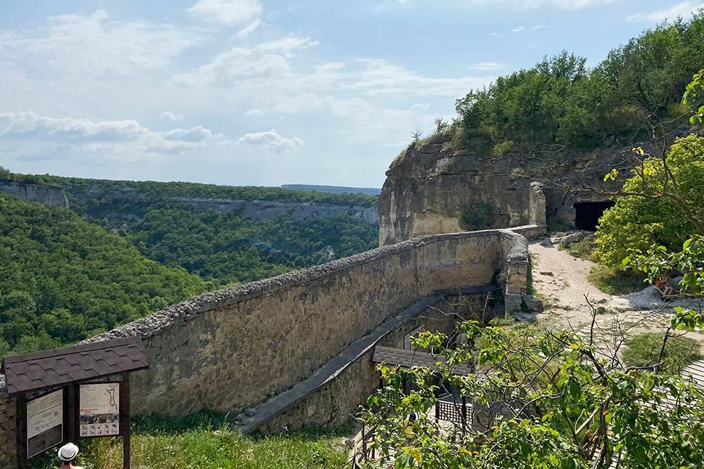 Вид со стен оборонительной крепости. Отсюда караимы наблюдали, не идетли враг