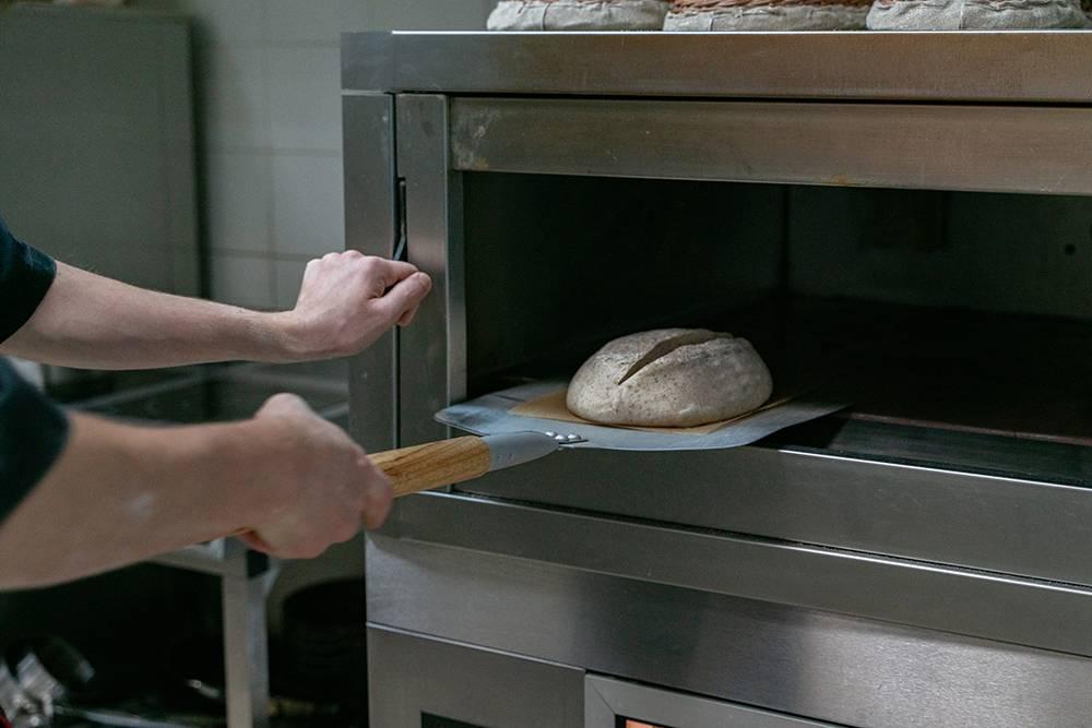 Тесто для будущего тартина ферментируется от17 до24часов вхолоде. Затем получившийся полуфабрикат загружаем впечь при280°С ивыпекаем. Фото: Виктор Юльев