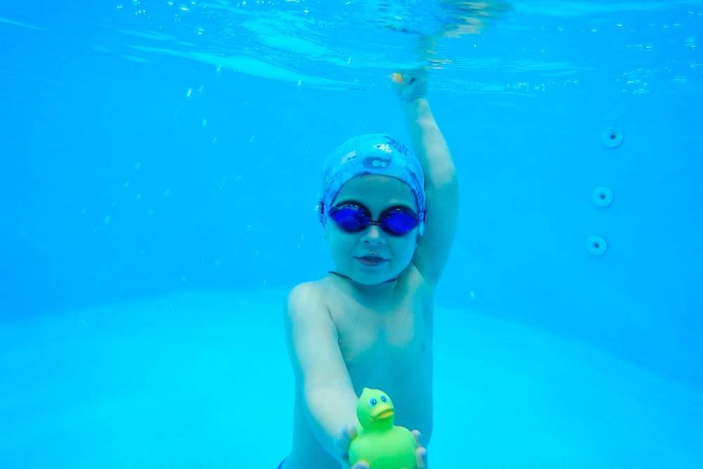 Это Лева. Анастасия приводила его поплавать, когда надо было поработать в студии
