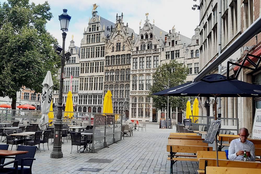 Площадь Гроте Маркт — это бывшая рыночная площадь, а сегодня центральная площадь Антверпена. На ней расположены одни из самых главных достопримечательностей города: ратуша, собор Антверпенской Богоматери, фонтан Брабо и Дом гильдий — он в центре снимка