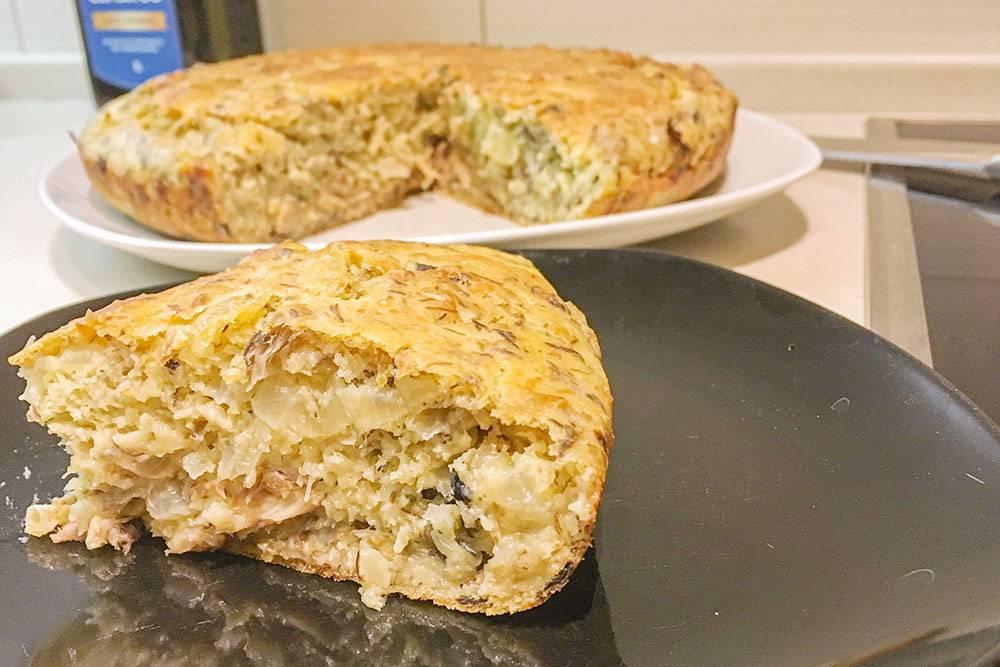 А еще приготовила рыбный пирог из консервированной скумбрии