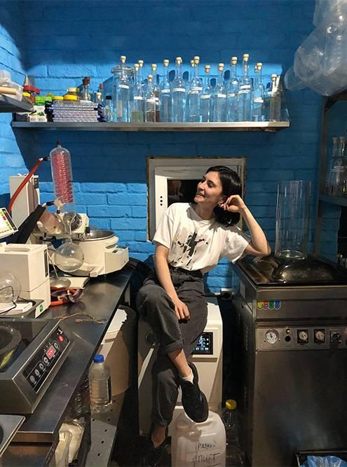 Лаборатория бара, где делают заготовки длякоктейлей