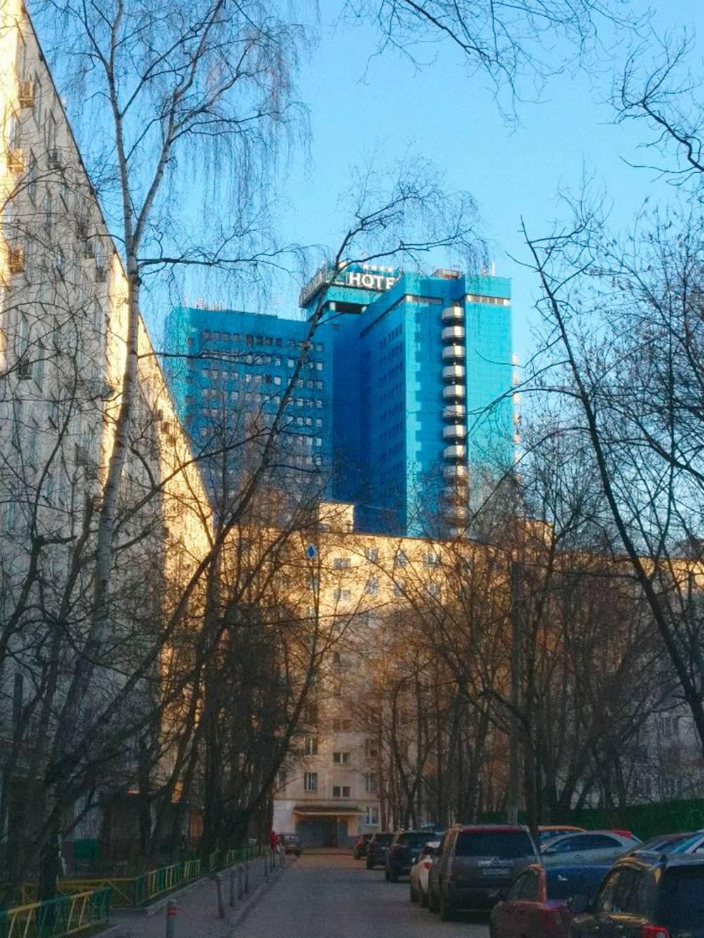 Вид в моем дворе. В синей гостинице находится крупнейшая киберспортивная арена в России Yota Arena. Когда переезжал, думал, что буду время от времени заглядывать на турниры, но так и не дошел ни разу