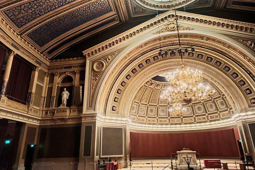 Главный зал университета. После вручения Нобелевской премии здесь обычно выступают нобелевские лауреаты. Но в 2020году все было закрыто