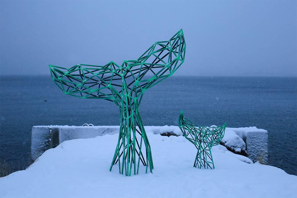 Скульптура «Хвост кита» находится возле судоремонтных мастерских на сваях