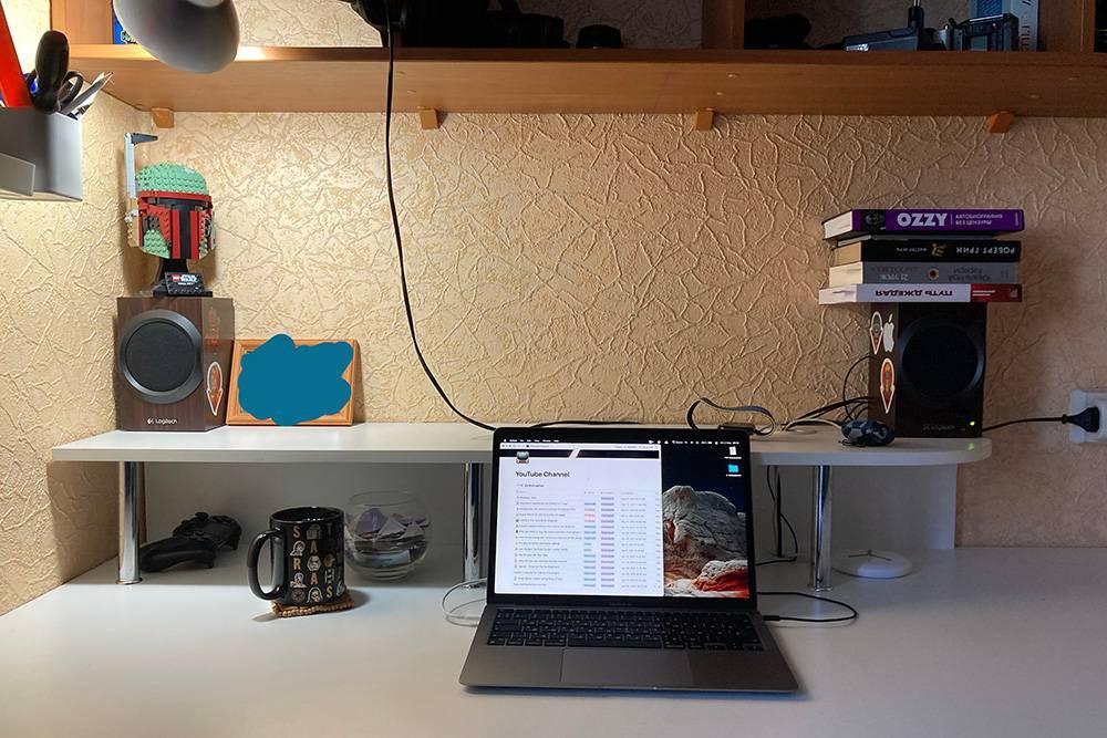 Рабочее место выглядит так. Я стараюсь поддерживать минимализм вокруг. Справа на колонке — книги, которые планирую прочитать