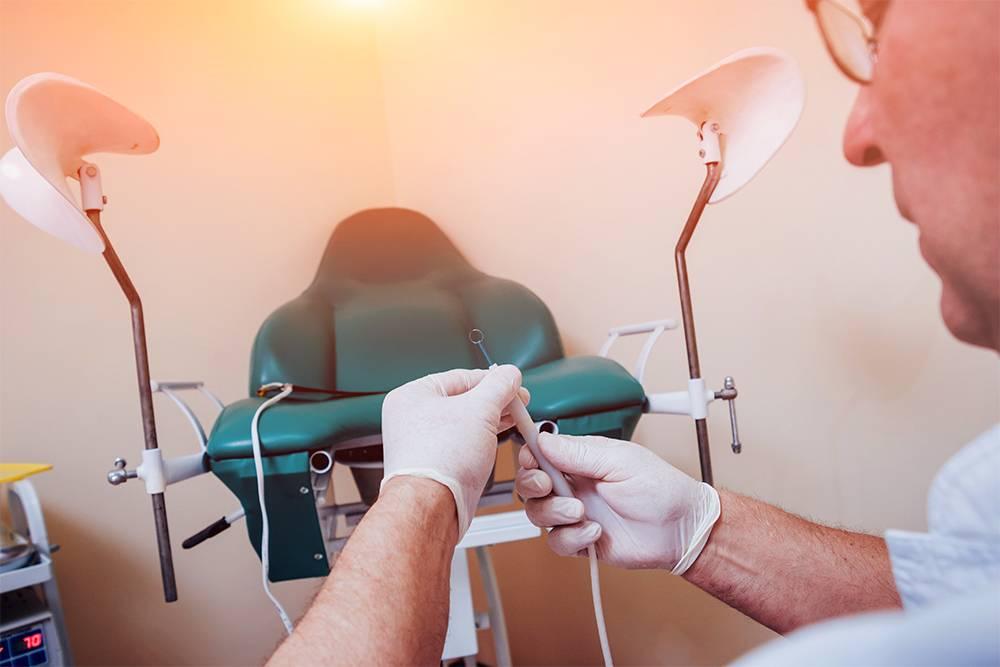 Проктологическое кресло очень похоже на гинекологическое. Пациент располагается полулежа и закидывает ноги на специальные держатели. Источник: Roman Zaiets / Shutterstock