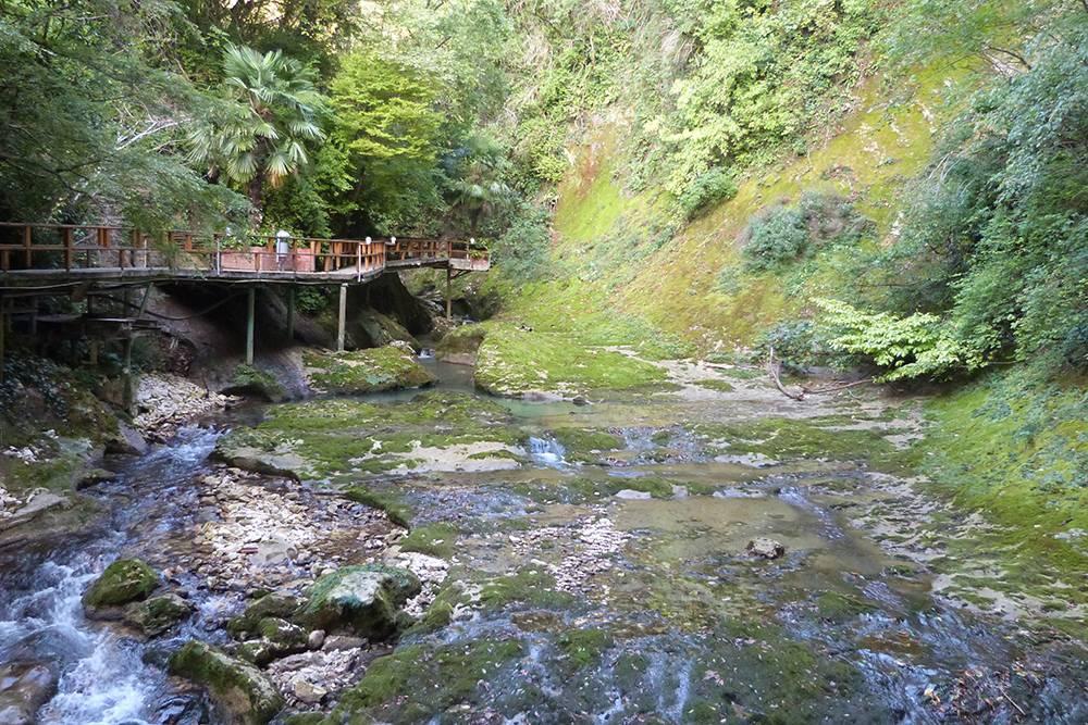 Благодаря дорожкам с перилами над горной рекой даже самый неподготовленный турист может прогуляться по ущелью