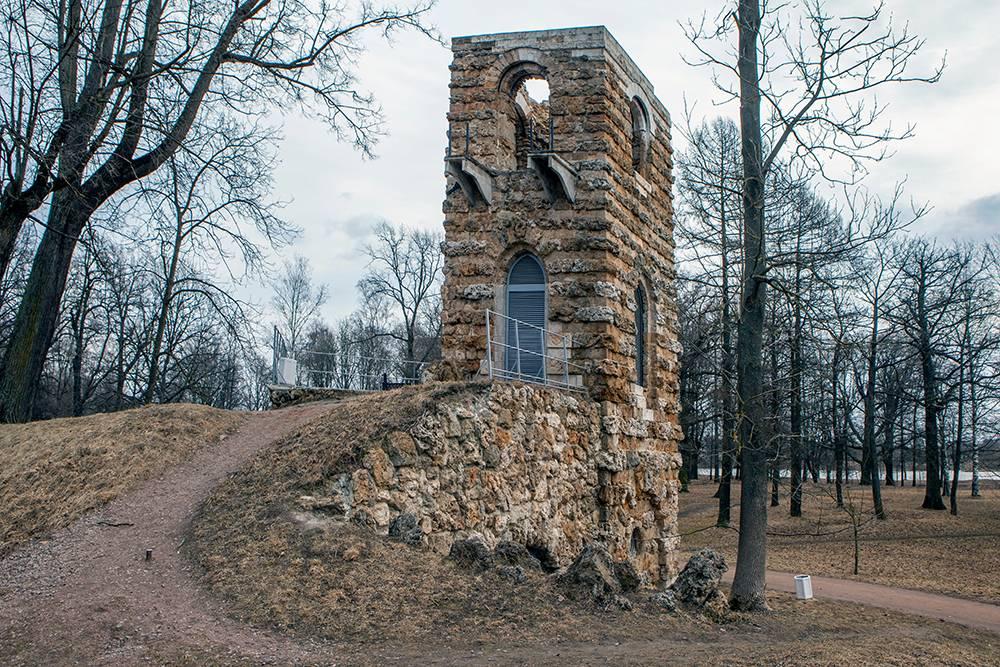 Руины готической башни в Орловском парке. Источник: Sergei Afanasev / Shutterstock