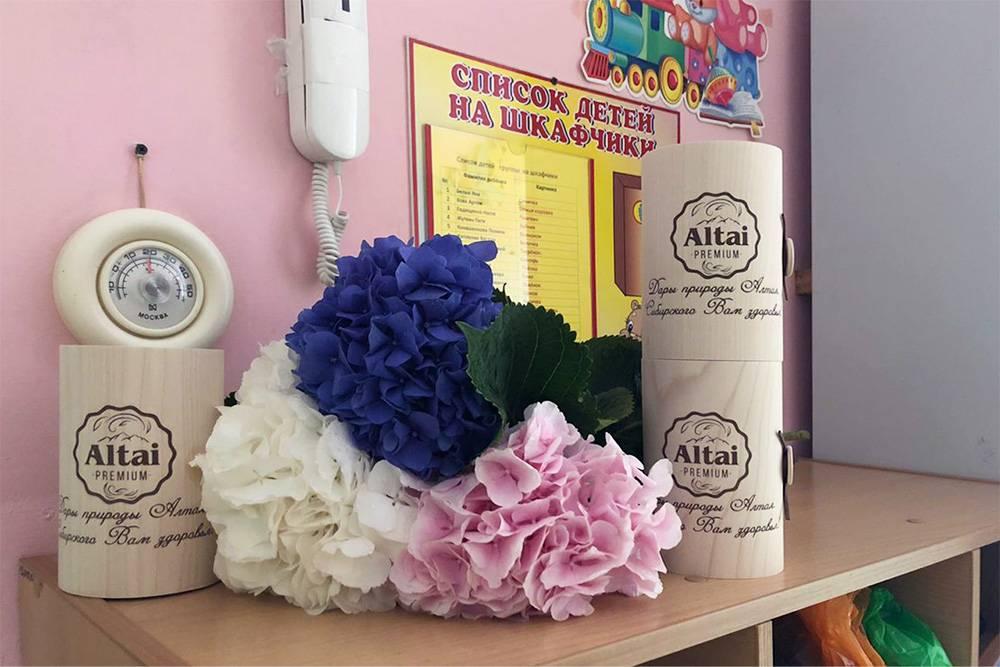 Такой подарок на&nbsp;день воспитателя выбрал родительский комитет в&nbsp;одном из&nbsp;московских садов — мед&nbsp;с&nbsp;орешками и&nbsp;цветы. Родители также скидываются сразу на&nbsp;все&nbsp;подарки воспитателям и&nbsp;детям, но&nbsp;по&nbsp;2250&nbsp;<span class=ruble>Р</span> в&nbsp;учебный&nbsp;год. Из&nbsp;этих&nbsp;же денег покупают хозяйственные товары — бумажные и&nbsp;влажные салфетки и&nbsp;канцелярию. Фото из родительского чата Кристины Фроловой