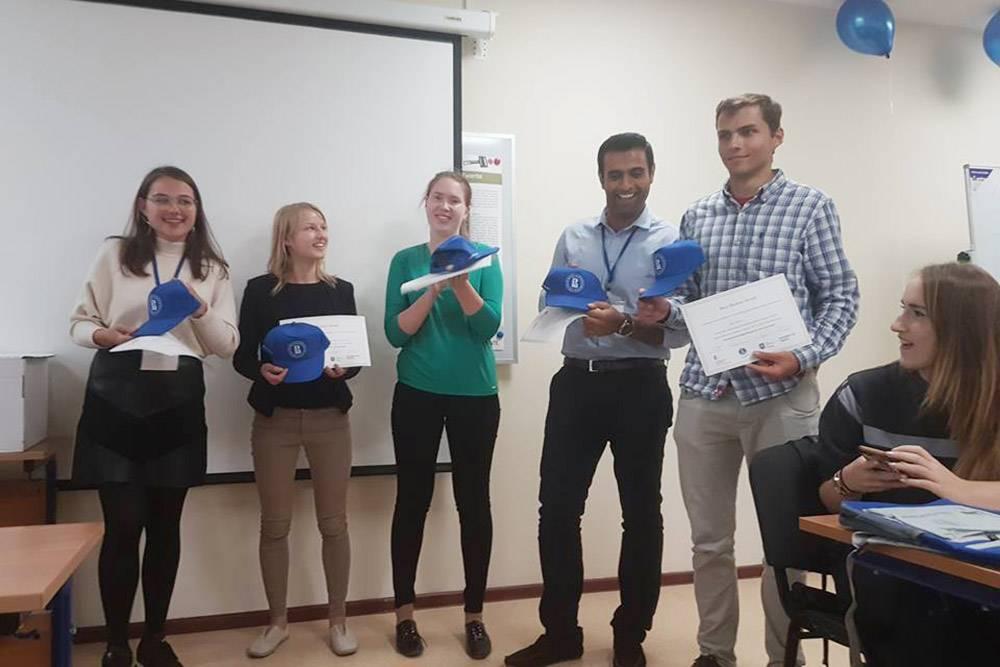 Моя команда заняла третье место в конкурсе проектов. Это мы на церемонии награждения