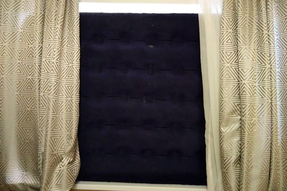 Надутый матрас в окне