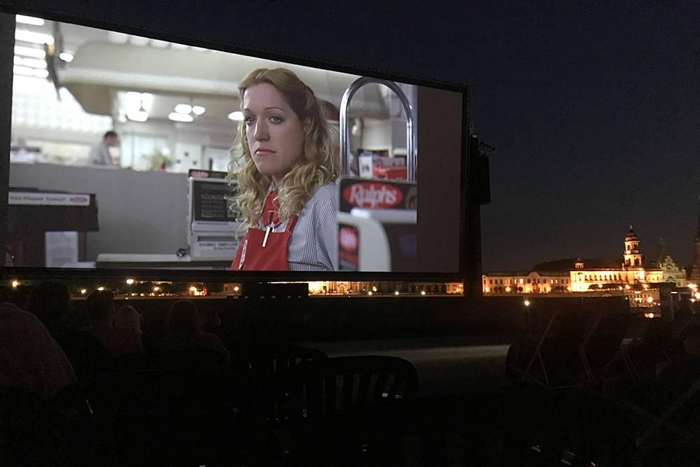 Летнюю сцену раскидывают прямо на набережной Эльбы в июле—августе и крутят новые или старые добрые фильмы и устраивают концерты живой музыки.
