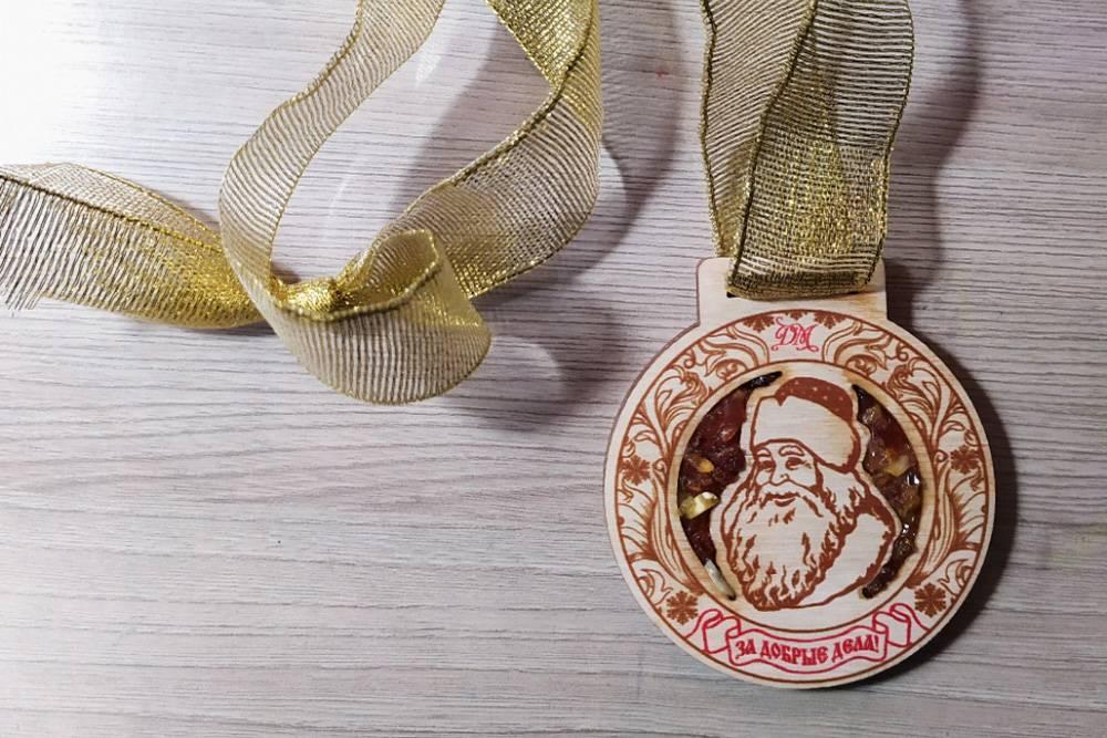 В новогоднюю ночь мышка притащила деревянные медали с Дедом Морозом, отделанные янтарем