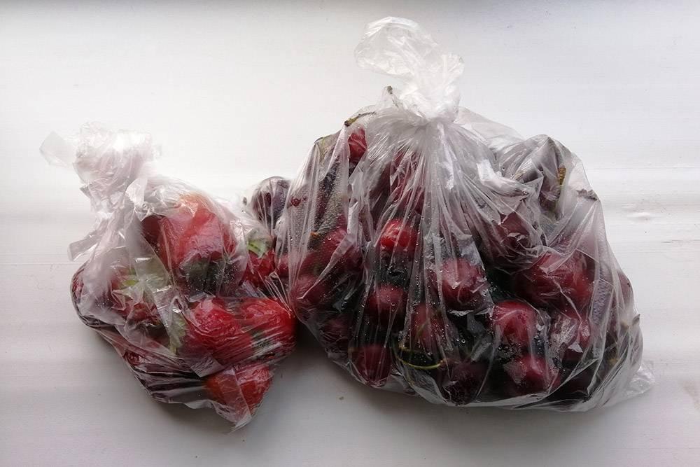 Два раза в неделю покупаем черешню и клубнику. Каждая докупка — 240<span class=ruble>Р</span>