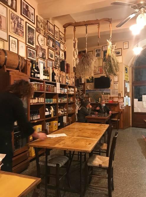 Кафе в маленьком итальянском городке в Тоскане