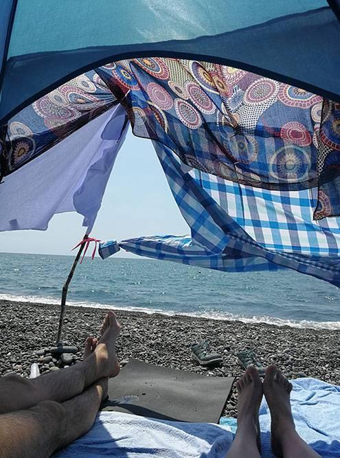 Вид из палатки на Черное батумское море. Было жарко, поэтому мы построили продолжение палатки из подручных средств: платка, футболки, рубашки, нескольких булавок и палок, найденных на пляже