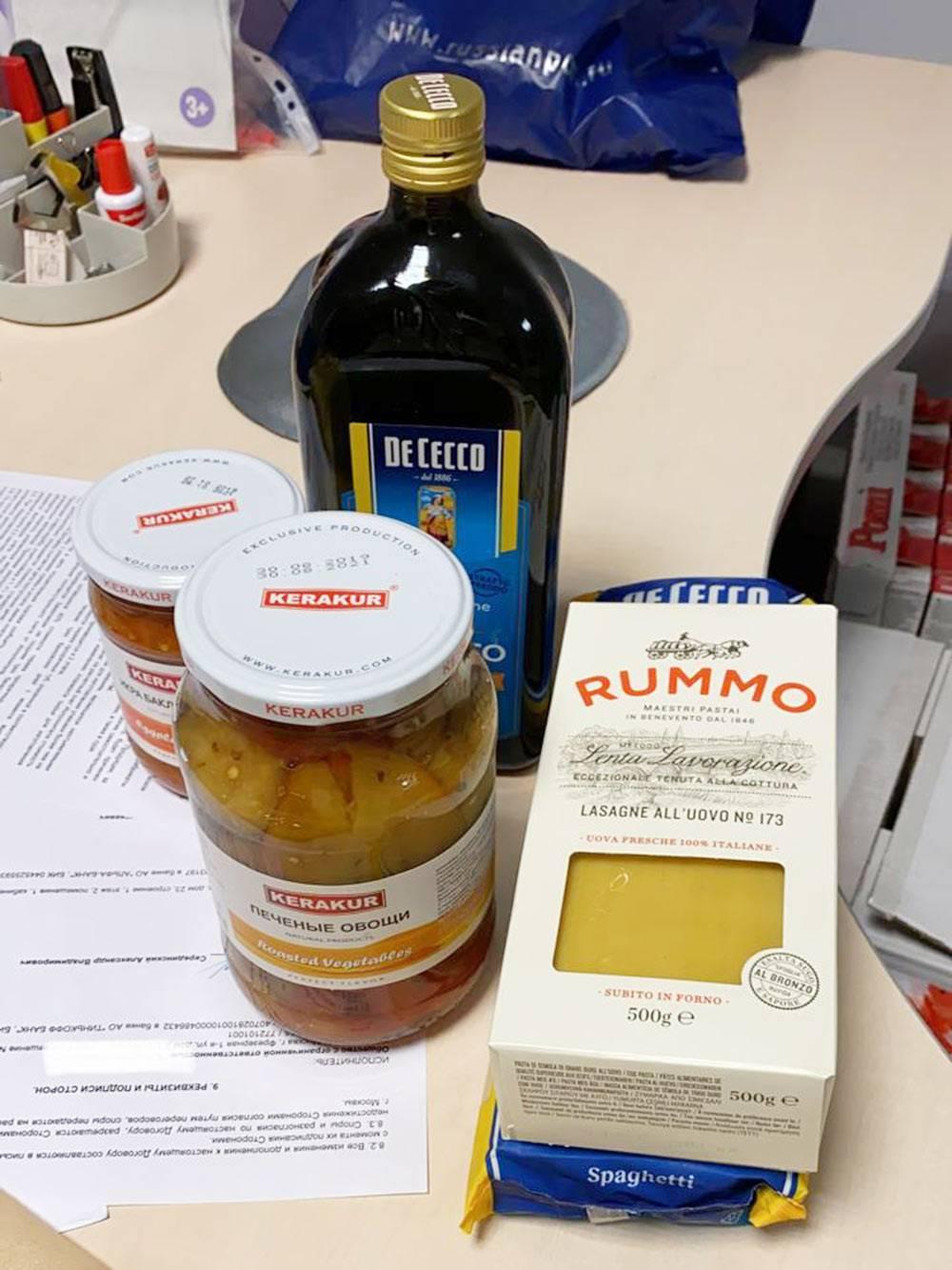 Набор продуктов для«лазаньи»: пласты, оливковое масло, кавурма и протертые помидоры. Консервированные овощи — в качестве гарнира