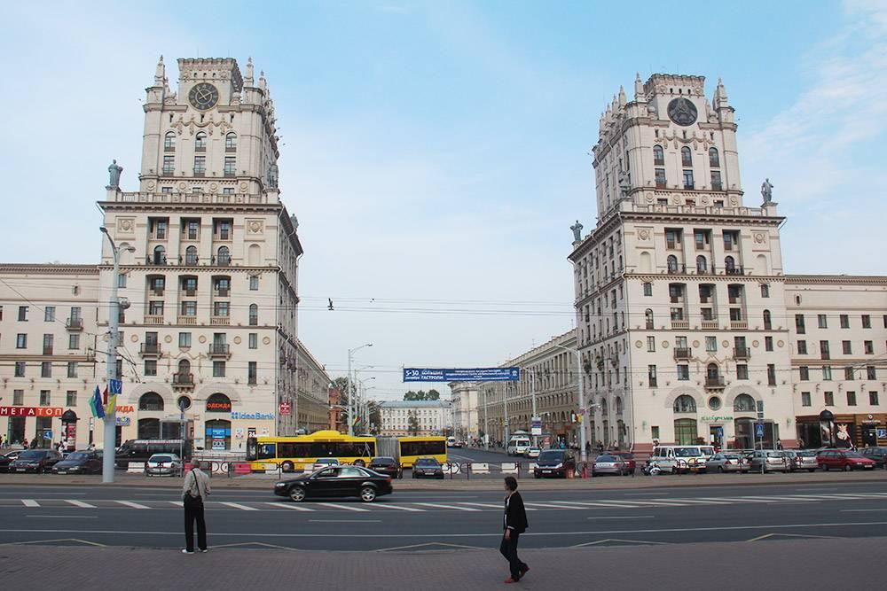 На одном здании установлены трофейные немецкие часы. Диаметр циферблата — 3,5 метра. На другом — герб Белоруссии. В 2003году механическую начинку часов, занимавшую два этажа, заменили на электронную