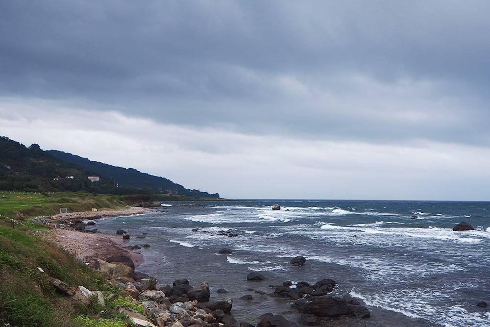 Заехали на мыс Ясона недалеко от Орду. Это излюбленное место длясвадебных фотосессий и отдыха у жителей Орду. Здесь есть греческая церковь 19 века, маяк и стенд с описанием легенды о золотом руне. Мы приехали в шторм и полюбовались тем, как Черное море притворяется бушующим океаном