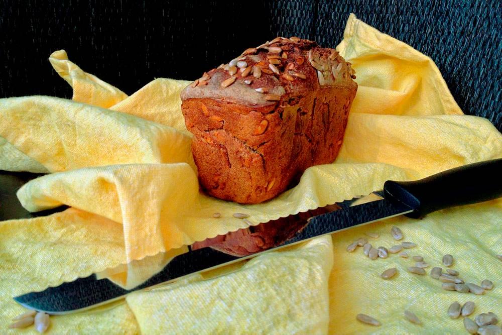 Вес этой буханки — 527г. Хлебная заготовка весила 620г, но привыпечке хлеб всегда теряет 10—20% веса