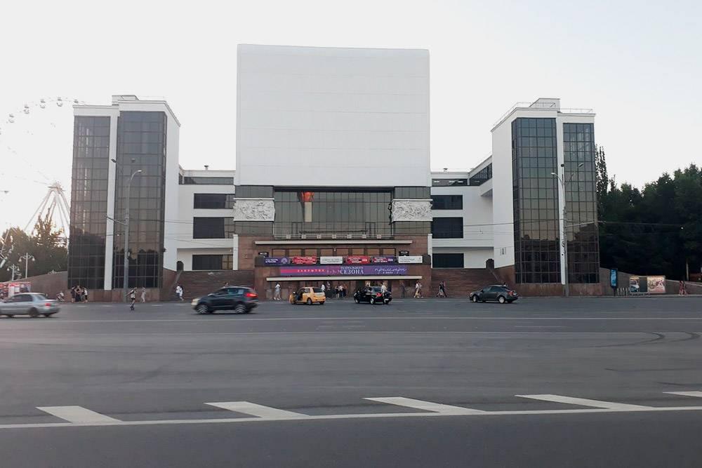 Ростовский академический театр имени Горького на Большой Садовой улице. Перед театром — огромная площадь, а вокруг парки