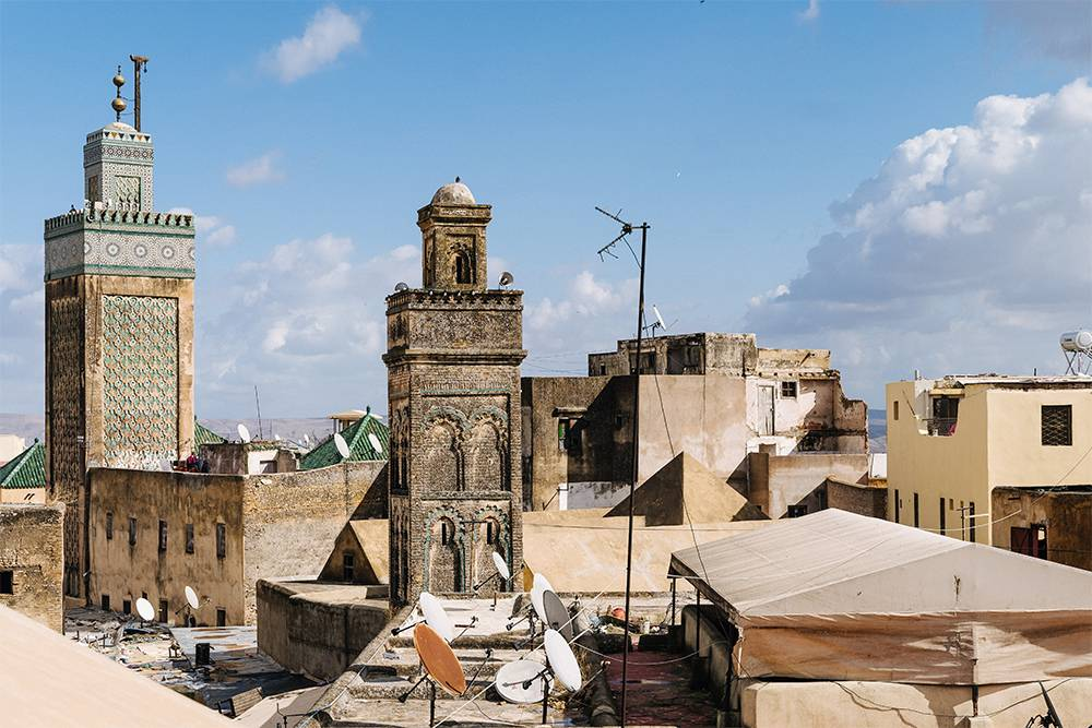 В Фесе плотная застройка. Минареты мечетей соседствуют с жилыми домами