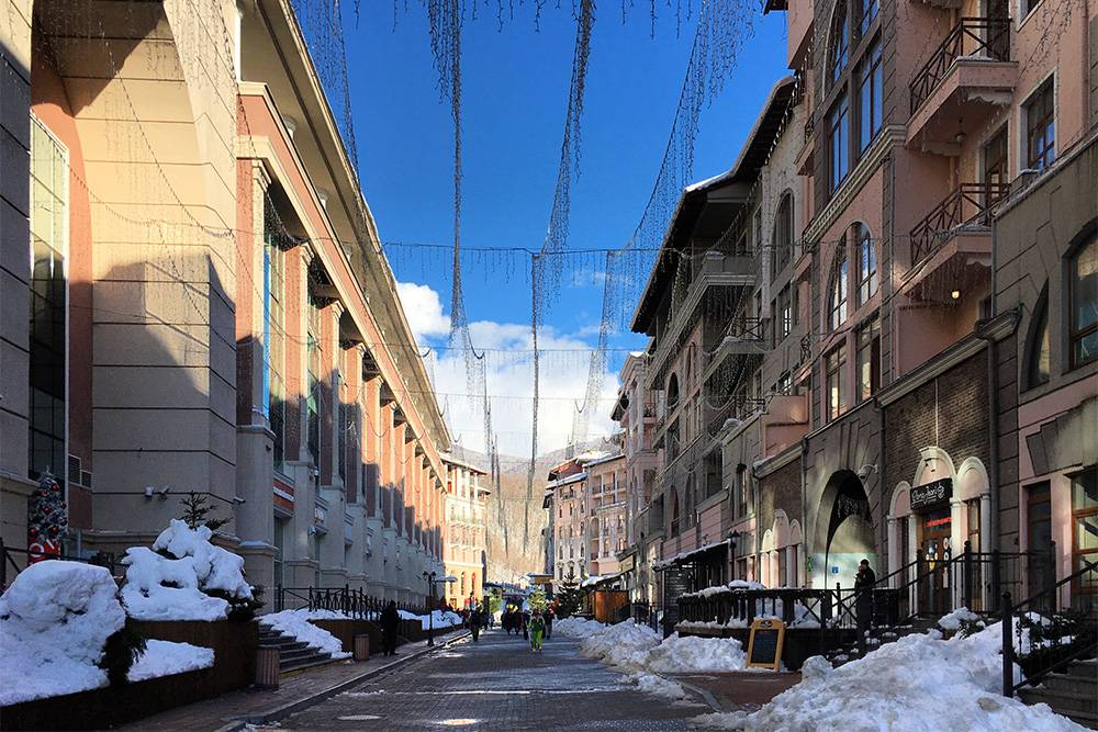 Апартаменты «Горки Город» занимают почти всю нижнюю часть курорта. Часть из них находится в собственности, и хозяева сдают их через «Букинг»
