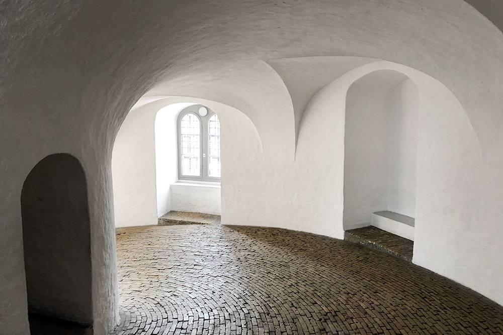Вместо лестницы в Круглой башне — пологий винтовой подъем. Легенда гласит, что в 1716 году Петр I въехал на башню верхом. Фото: David Jones/Flickr