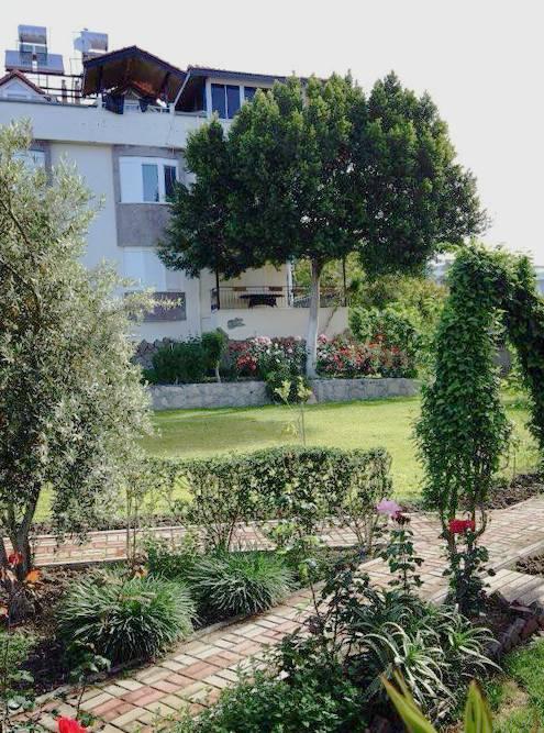 За садом ухаживает садовник. Его услуги входят в общий айдат — 250TRY. Эту сумму жильцы раз в год согласовывают на общем собрании