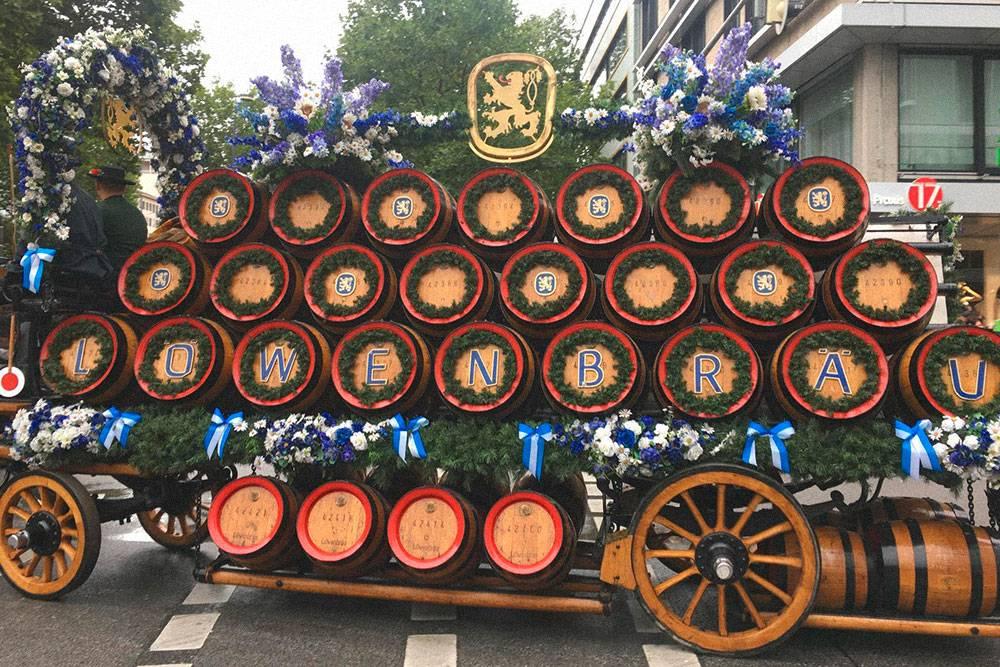 Парад — открытие Октоберфеста. Представители каждой пивоварни проезжают по центральным улицам города к лугу «Терезы»