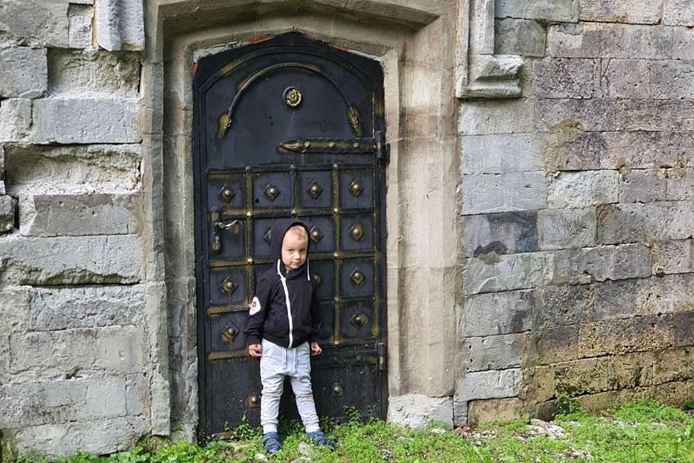 На территории усадьбы встречаются любопытные артефакты. Это колоритная дверь в винный погреб