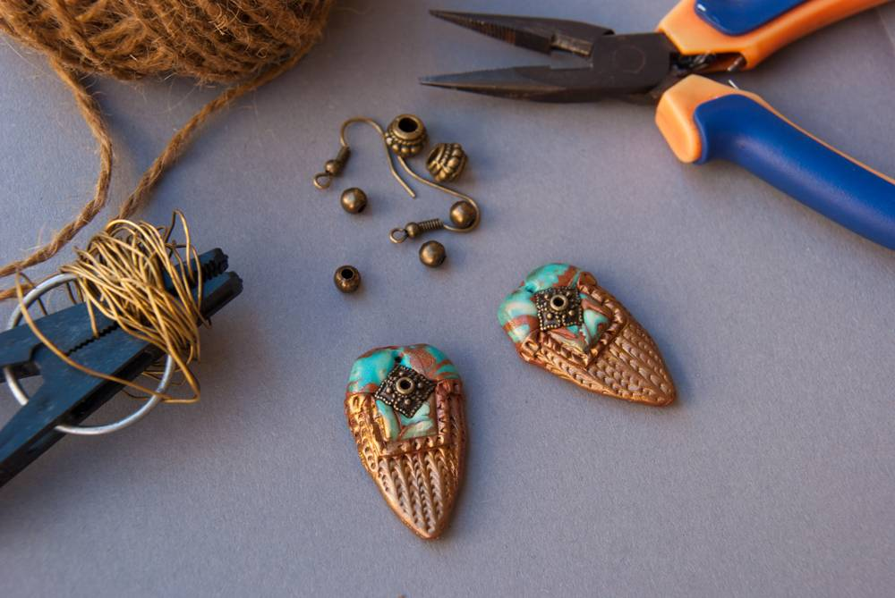 Серьги из сделаны полимерной глины, а дужки — из проволоки