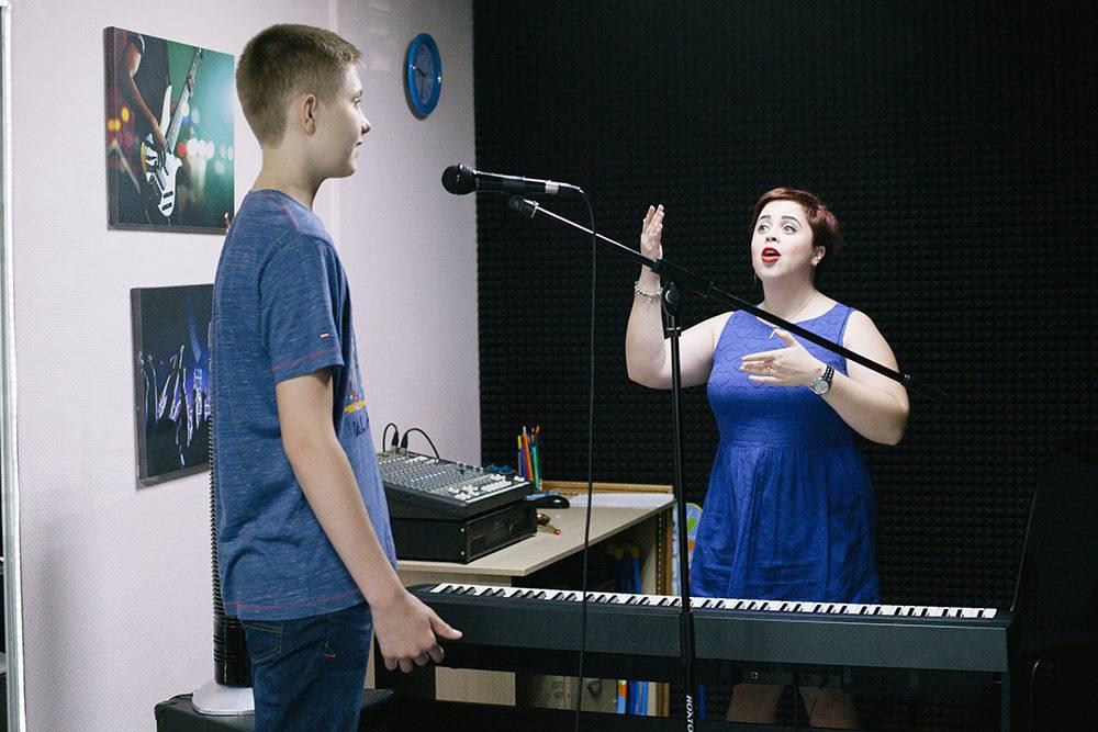 На уроках по вокалу преподаватель дает упражнения для тренировки голосовых связок. На занятиях для каждого ученика подбирают свой репертуар. Для этого узнают, что хочет петь клиент, и предлагают варианты