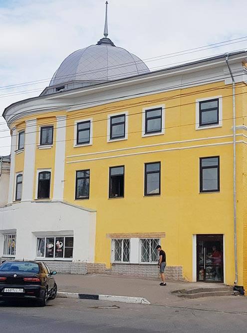 Так с улицы выглядит здание после реставрации. Его главная особенность — десятиметровый купол с сохранившимися балками 18 века. Подним мы в итоге сделали отдельный зал