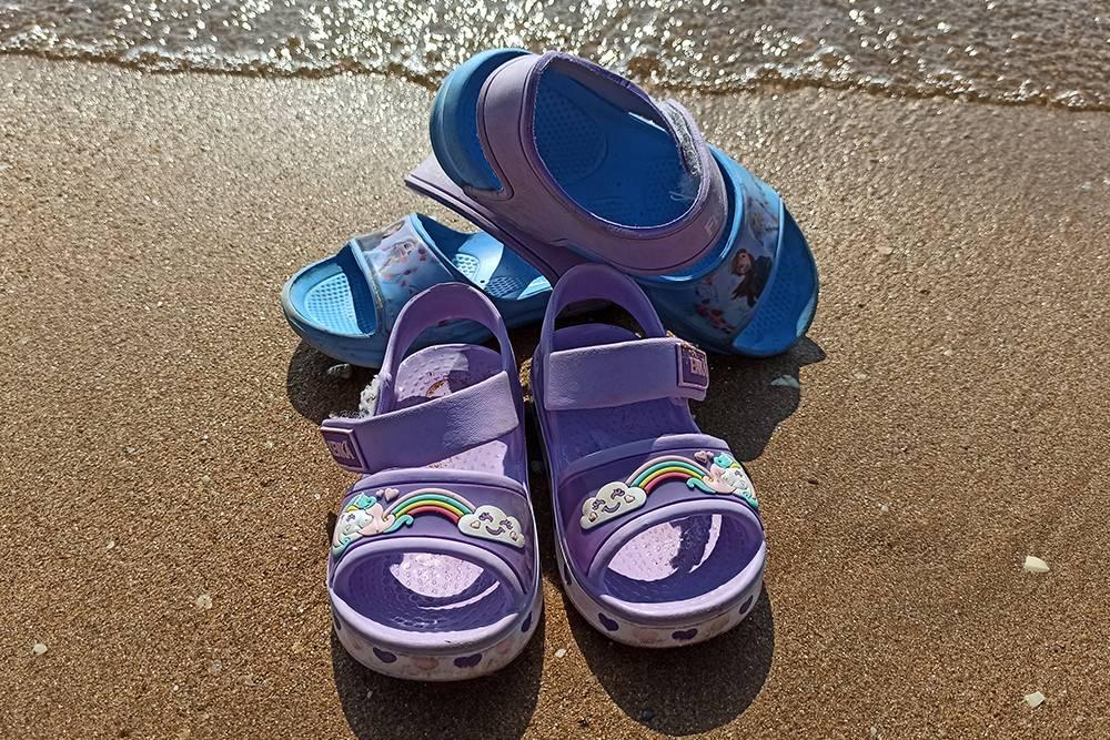 Голубые сандалии я купила за 800<span class=ruble>Р</span>, а фиолетовые — за 716<span class=ruble>Р</span>. Дочери носят их уже три месяца, и за это время с ними ничего не произошло. Уверена, они прослужат и оставшийся месяц купального сезона