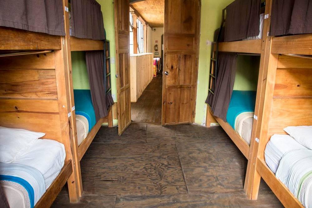 Комната маленькая, но у каждого есть личное пространство благодаря шторкам. Источник: booking.com