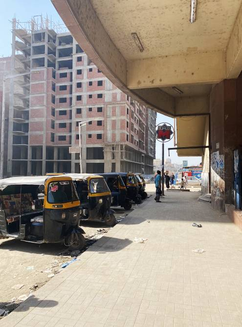Мы пересаживались на такси в Гизе. И здесь, и в центре Каира все завалено мусором, который отвратительно пахнет из-за жары