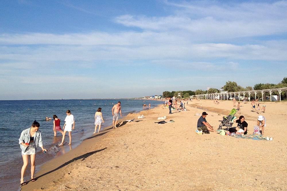 Пляж в Голубицкой гораздо больше, чем в Прасковеевке и Джанхоте. Подвечер там бывало совсем немного людей