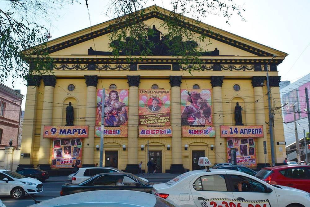 Зрительный зал цирка вмещает почти 1500 зрителей