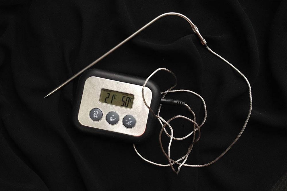 Это мой основной термометр с щупом из «Икеи». В последнее время он меня подводит. Проще сразу купить дорогой аппарат, чтобы он показывал точную температуру и прослужил несколько лет