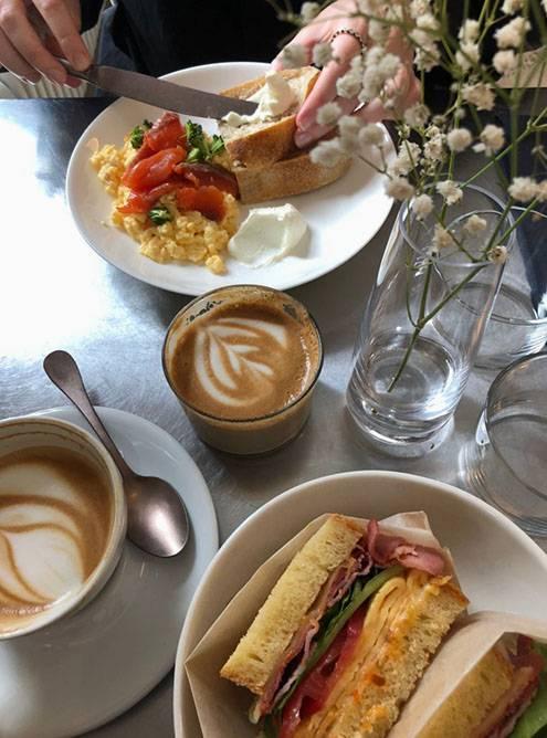 Завтракать в Sight очень приятно: здесь повсюду цветы, приятно пахнет кофе, светло и стильно
