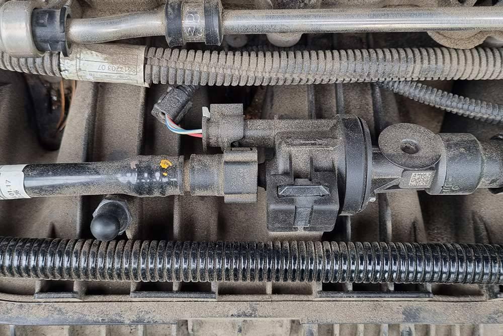 Чтобы поменять клапан вентиляции, не нужно специальных навыков и условий: до него просто добраться, его несложно заменить самостоятельно