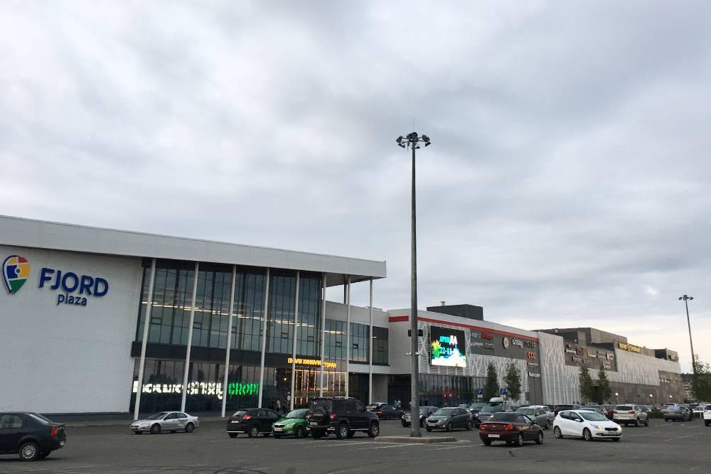ТЦ «Фьорд-плаза». Внутри — более ста магазинов
