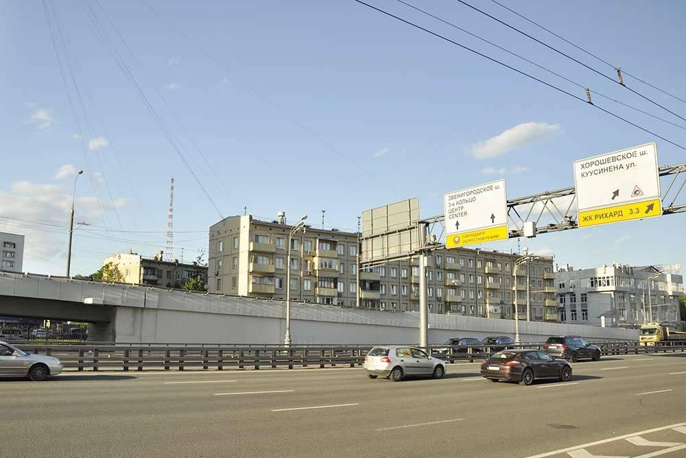 А жители этой пятиэтажки больше всех «выиграли» от того, что здесь построили транспортную развязку. Если поселиться в таком доме, вы никогда не оцените прелесть Хорошево-Мневников