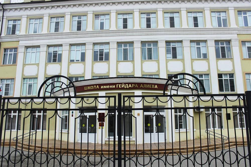 Школа имени Гейдара Алиева. Учеников принимают вне зависимости от национальности, в основном здесь учатся дети из микрорайона улицы Бакинской