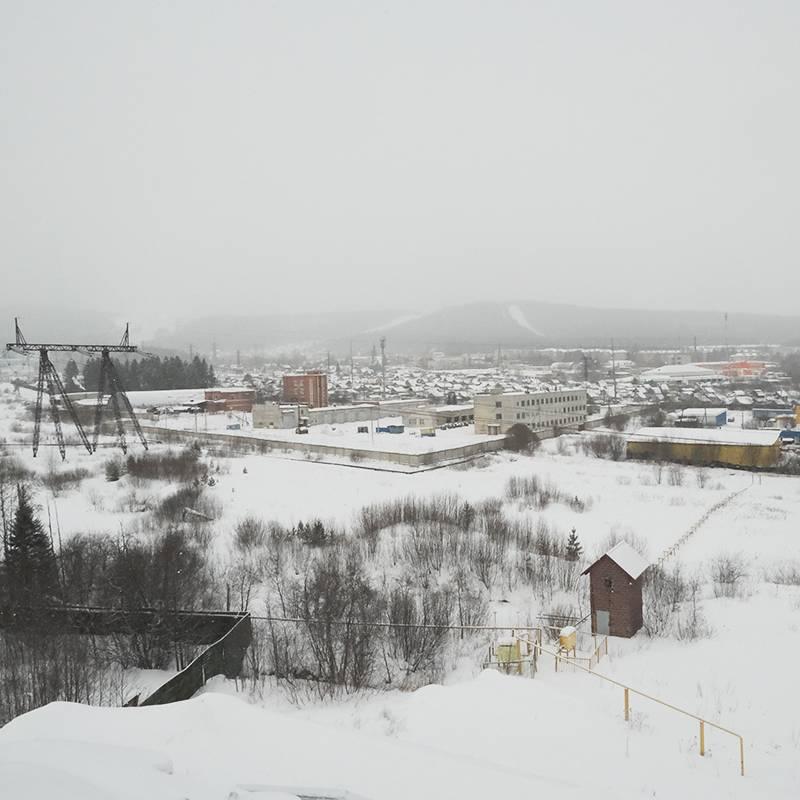 Вид со смотровой площадки на Златоуст и горы Таганая