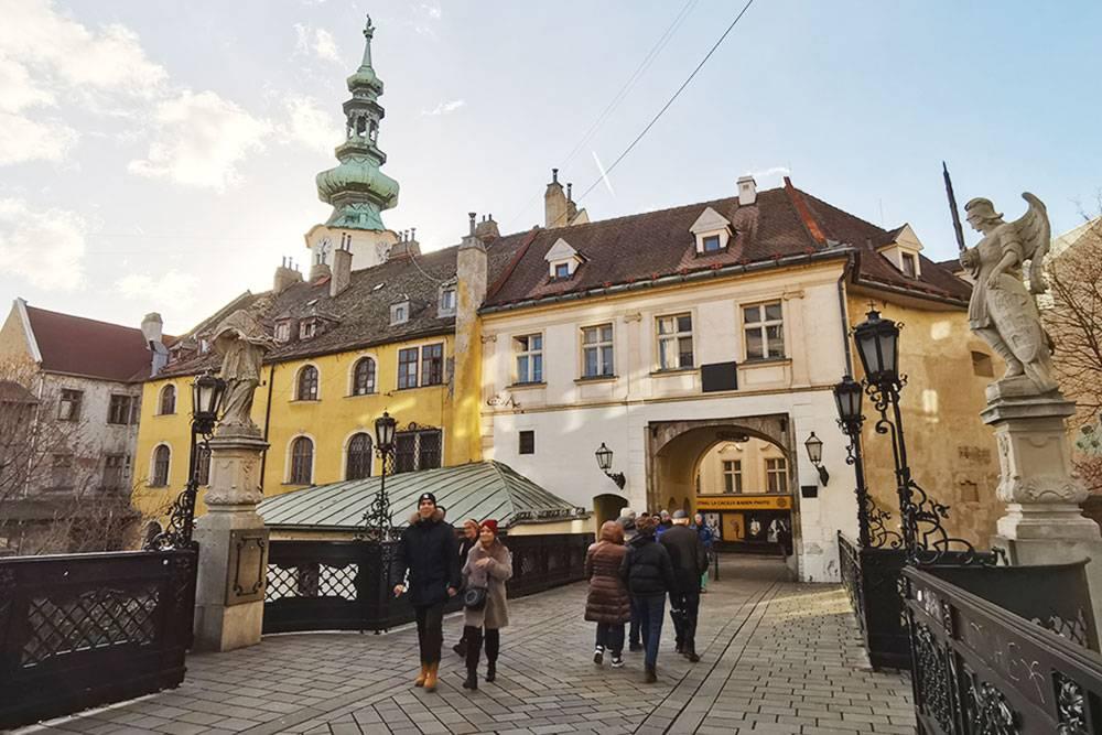 На входе в Старый город видна лишь башня Михайловских ворот. Это единственные ворота, которые остались от крепостных сооружений Братиславы: в 17 веке императрица Мария Терезия приказала все разобрать